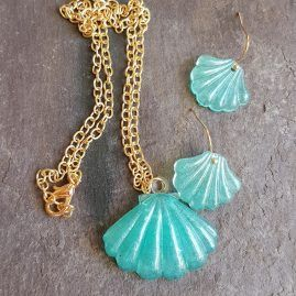 Aquamarina shell pendant and earrings.